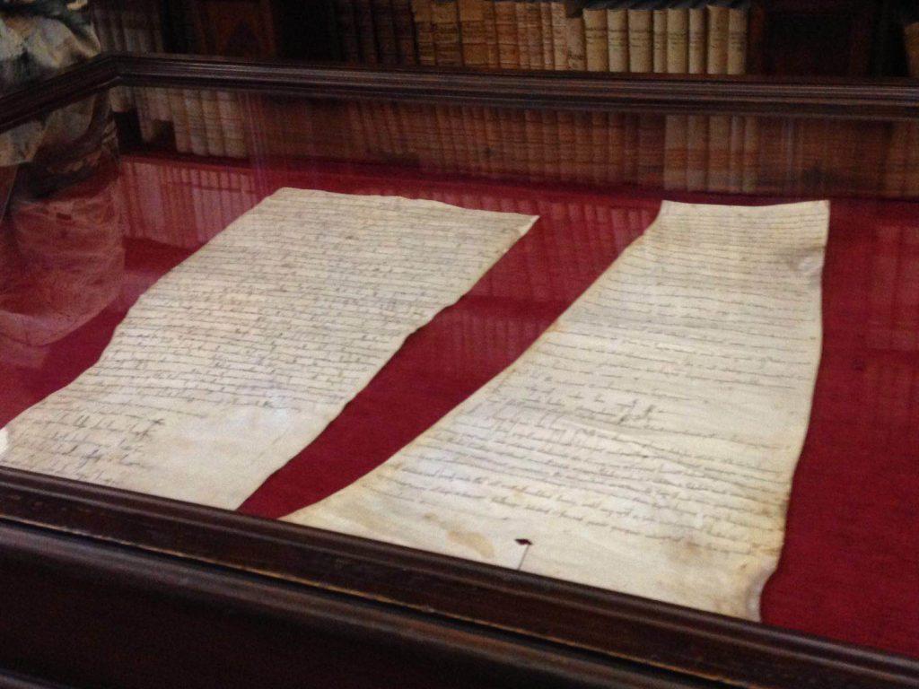 Pergamene esposte in occasione del nono centenario dalla morte della contessa Matilde di Canossa.